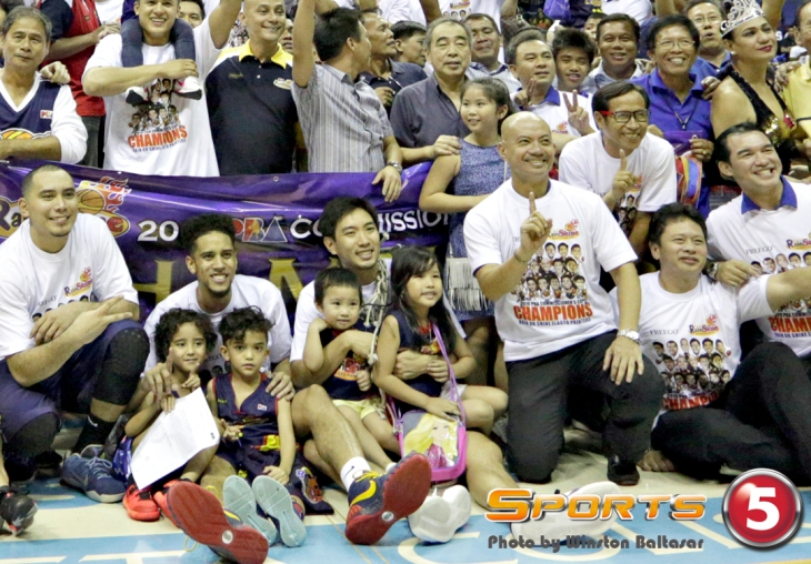 P2A1475-Yeng-Guiao-celebrating-with-the-team2